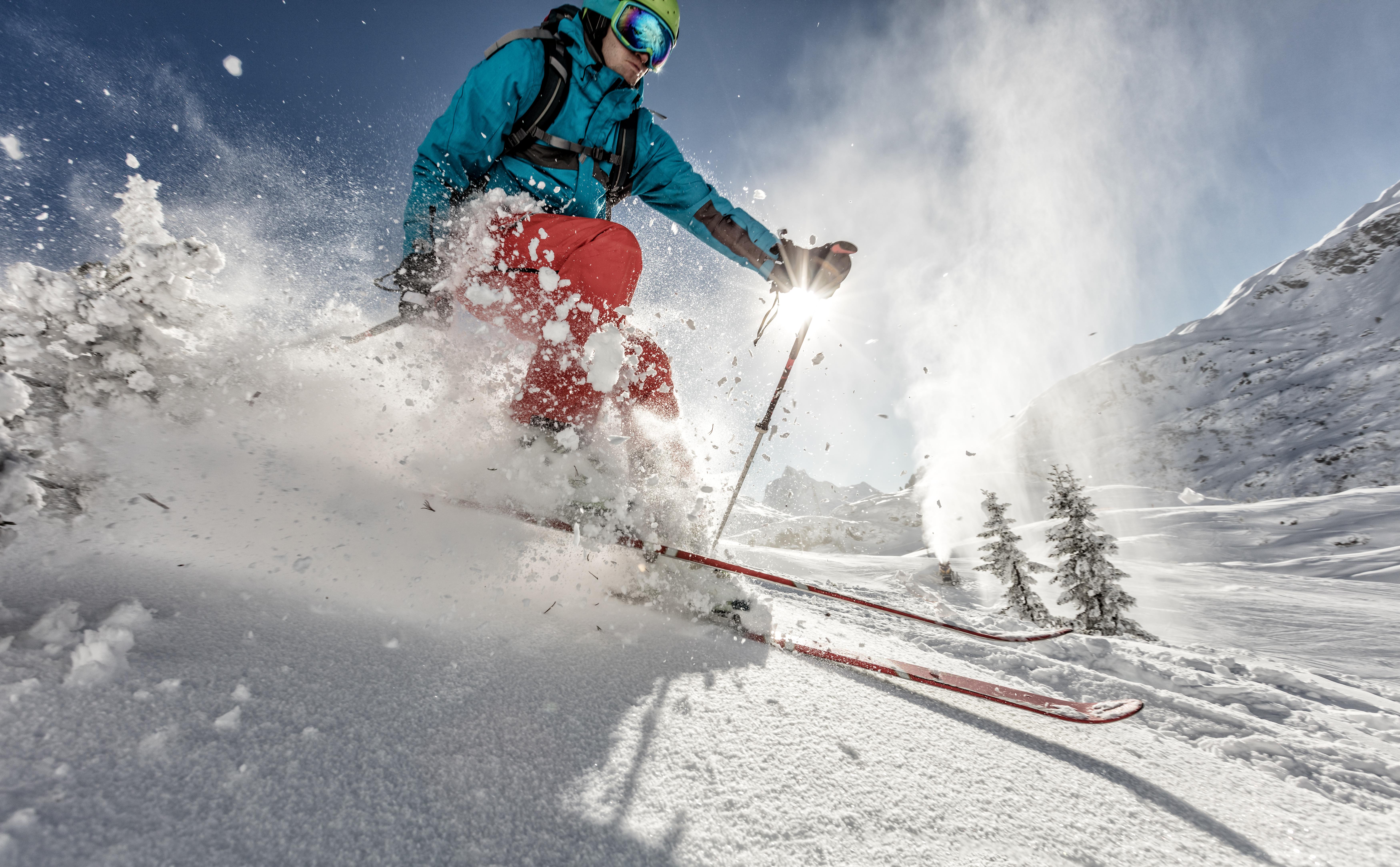 スキーをする男性の画像