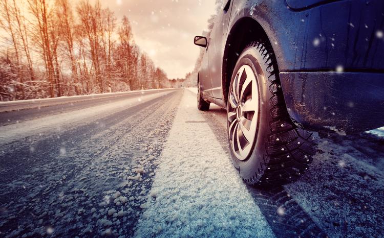 雪道に走る車