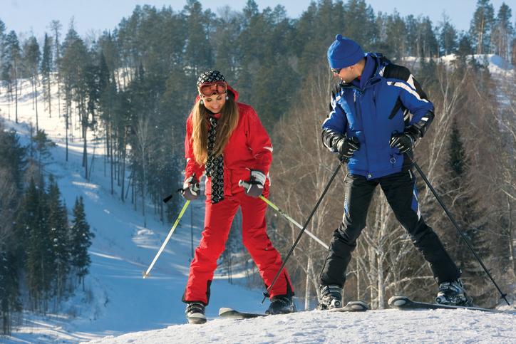 スキーをする男女