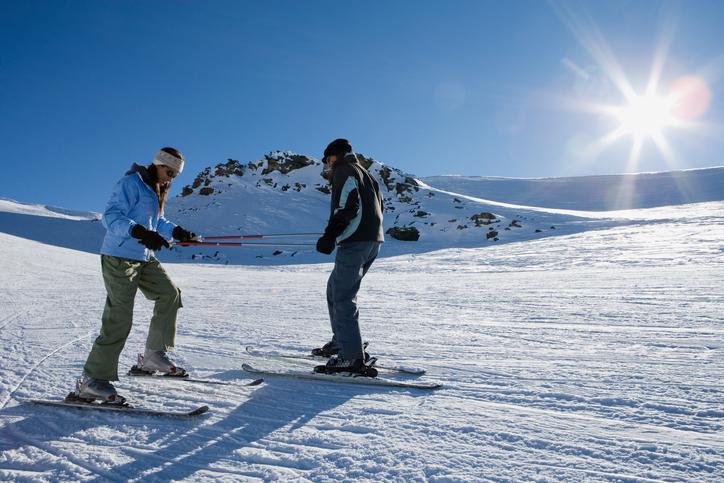 スキーをする二人組