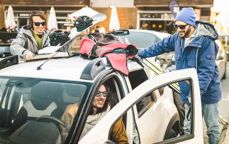 車に荷物を積み込む男性達