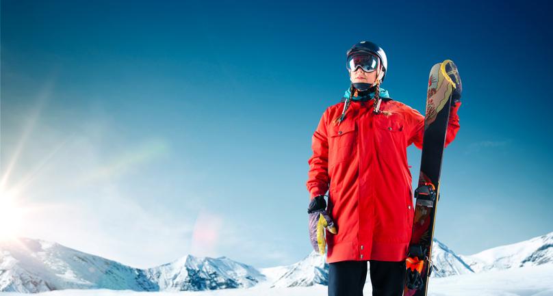 スキー板を持つ人
