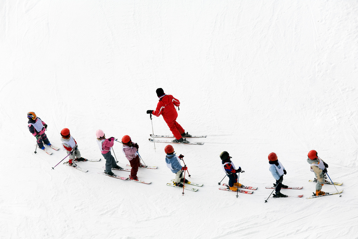 スキーを習う子供達