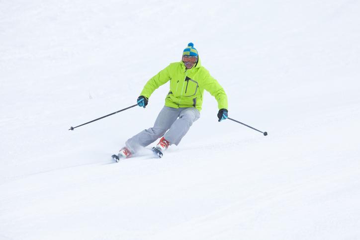 スキーを楽しむ人の様子