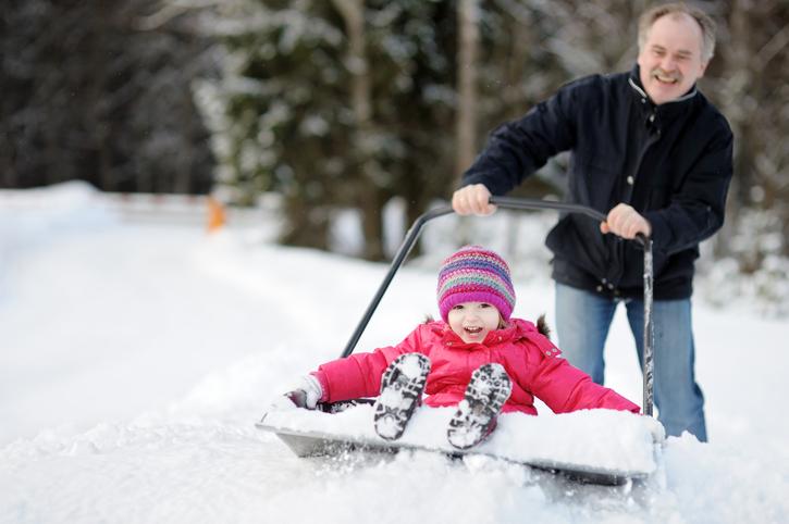 親子で雪山を楽しむ様子