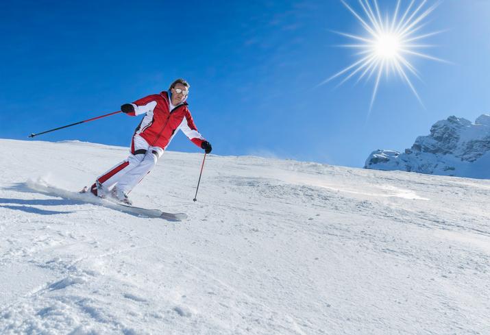 スキーを楽しむ男性