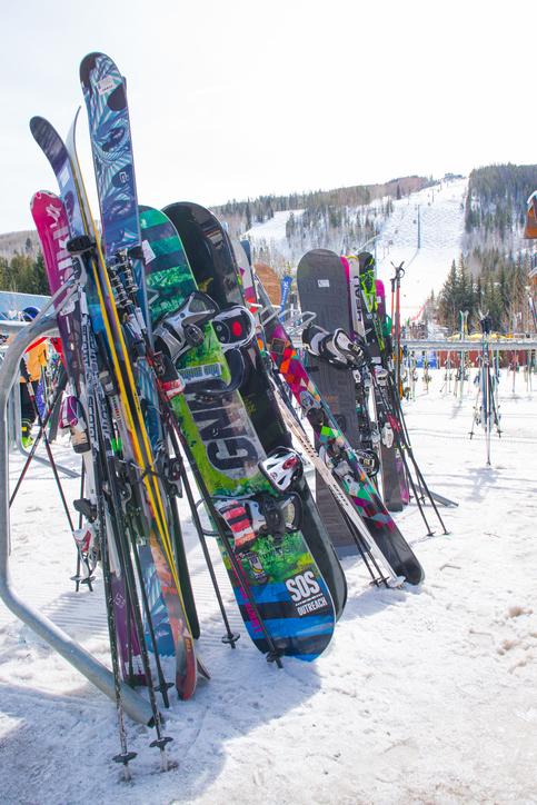 立てかけられたスキー板やスノーボード板