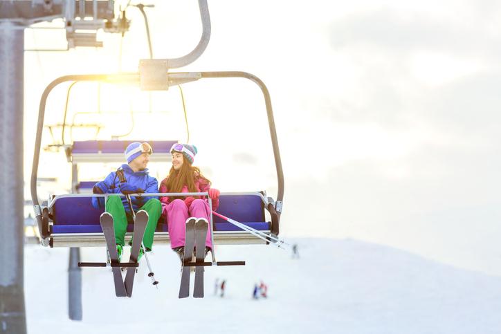 リフトに乗っているカップルの画像