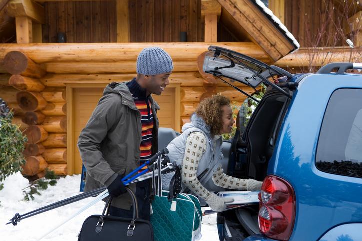 車に荷物を詰め込む人のイメージ
