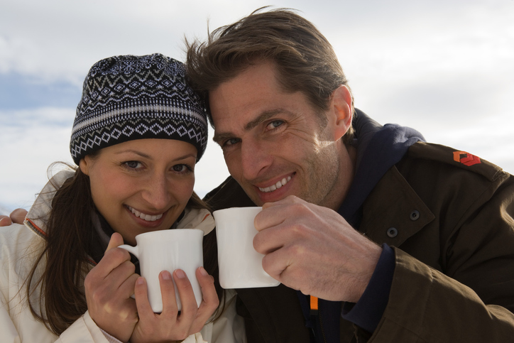 コーヒを飲むカップルの画像