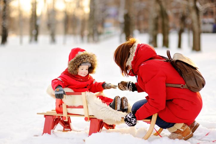 子供と戯れる画像
