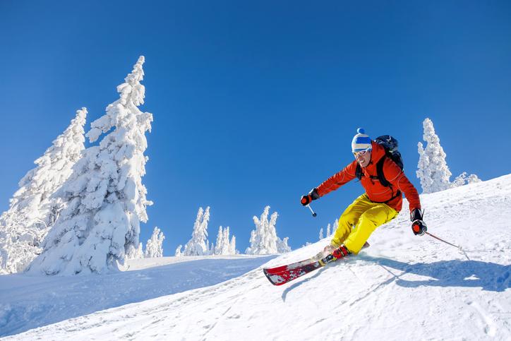 スキーを楽しむ人