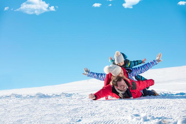 雪山で戯れる家族
