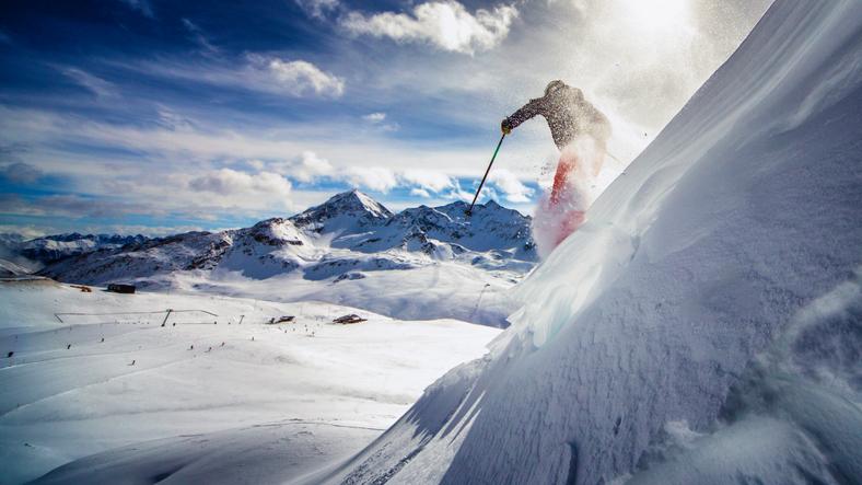 スキーを滑る人のイメージ