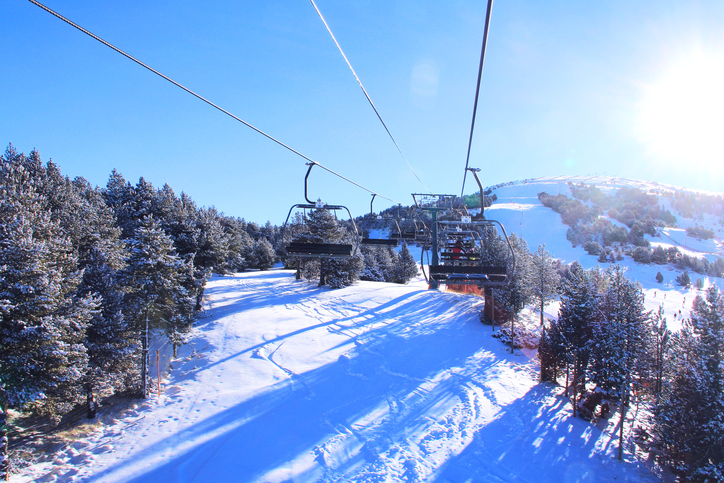 雪山にあるゴンドラのイメージ