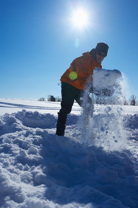 雪で戯れる人の様子