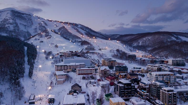 雪山の麓のイメージ