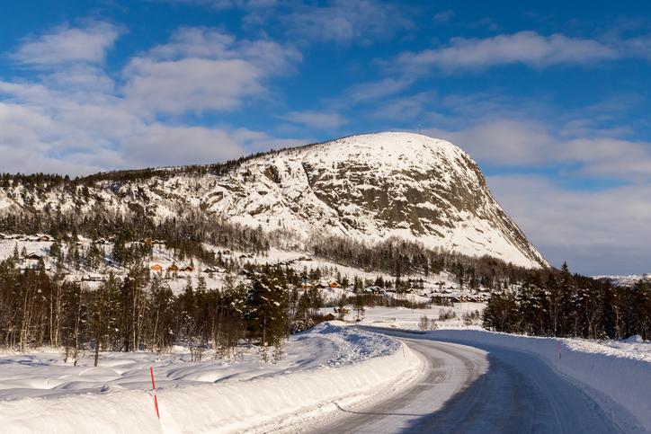 道路から見える雪山の景色