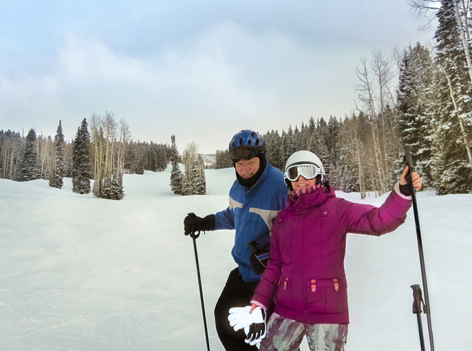 スキーを楽しむ男女の様子