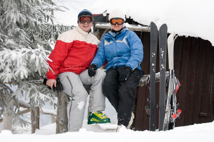 雪山で休憩する人達