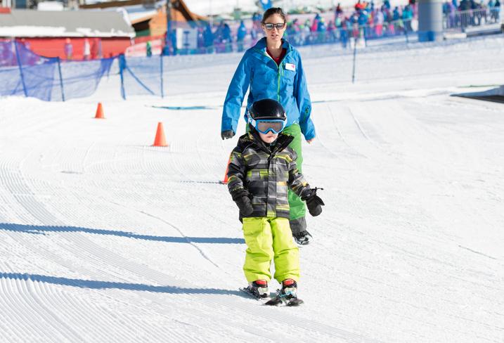 スキーをする子供