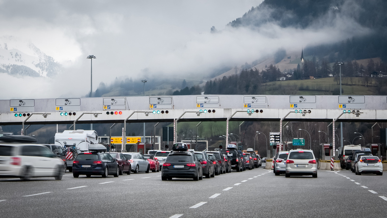 混雑した高速道のイメージ