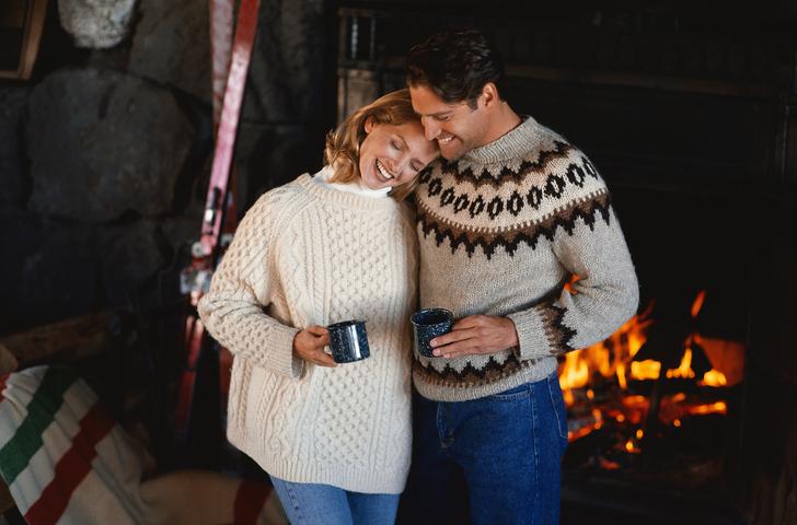 暖炉の前のカップル
