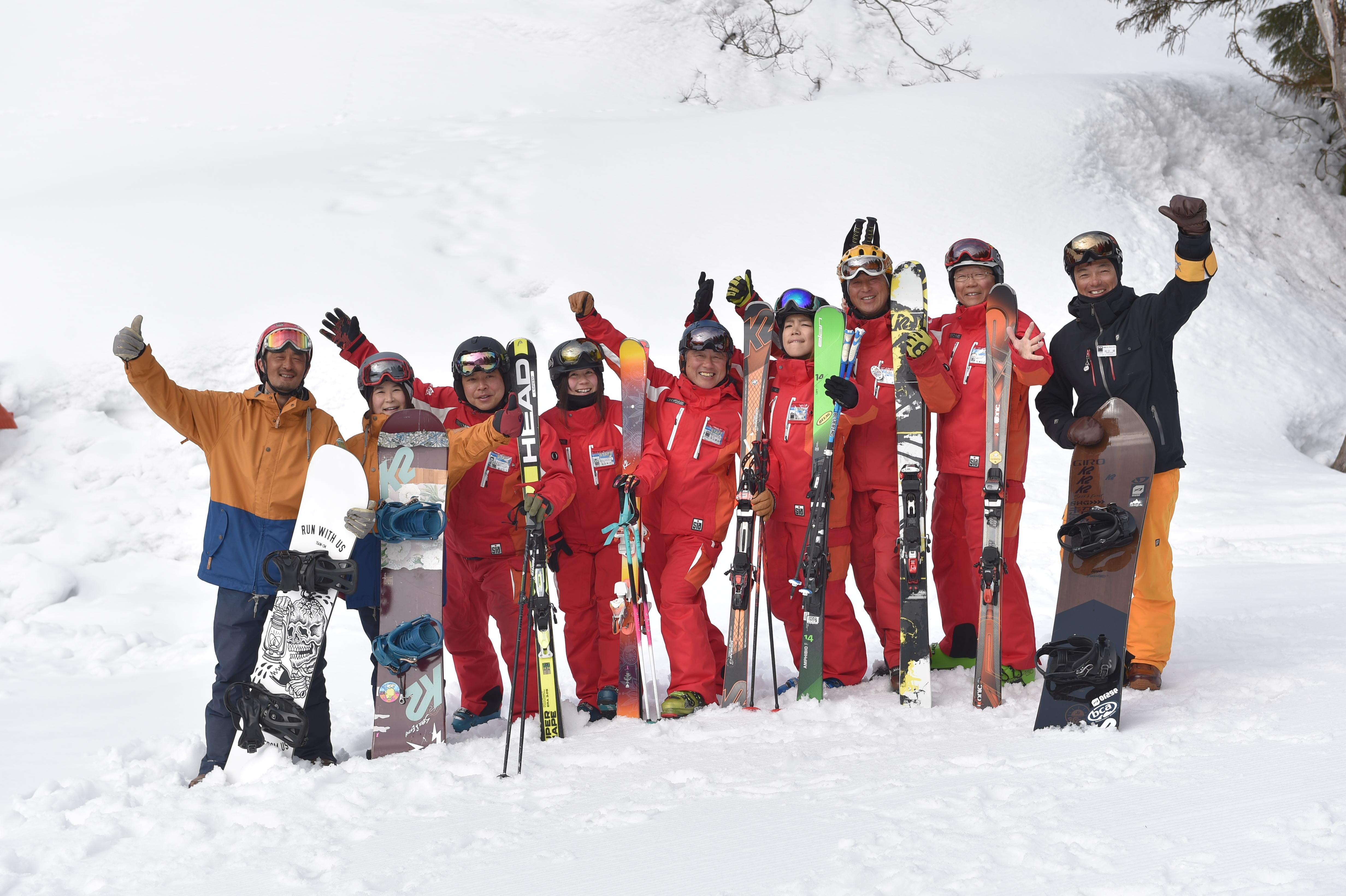 スキーやスノーボードを楽しむ人達