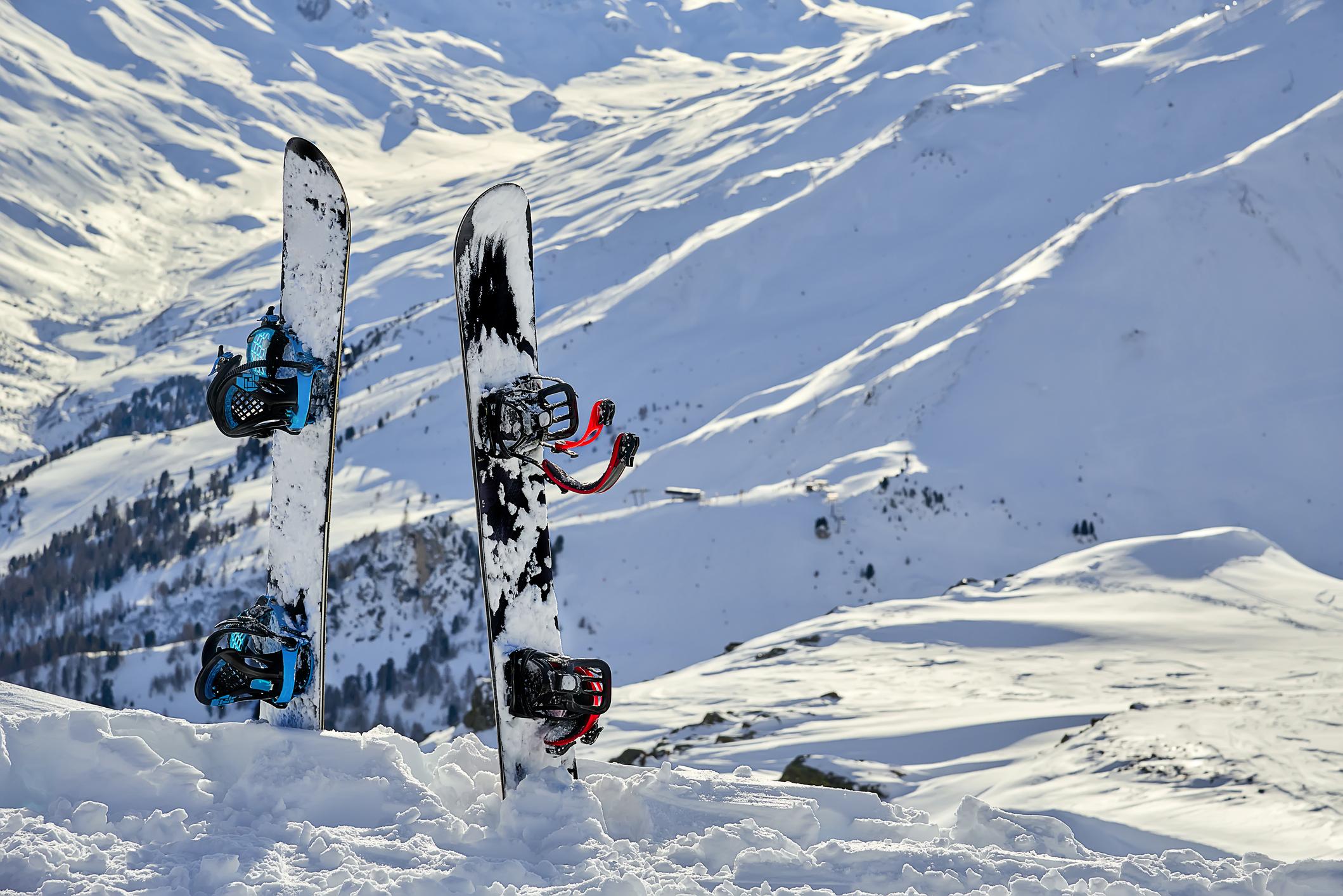 スキー場に立っているスノーボード