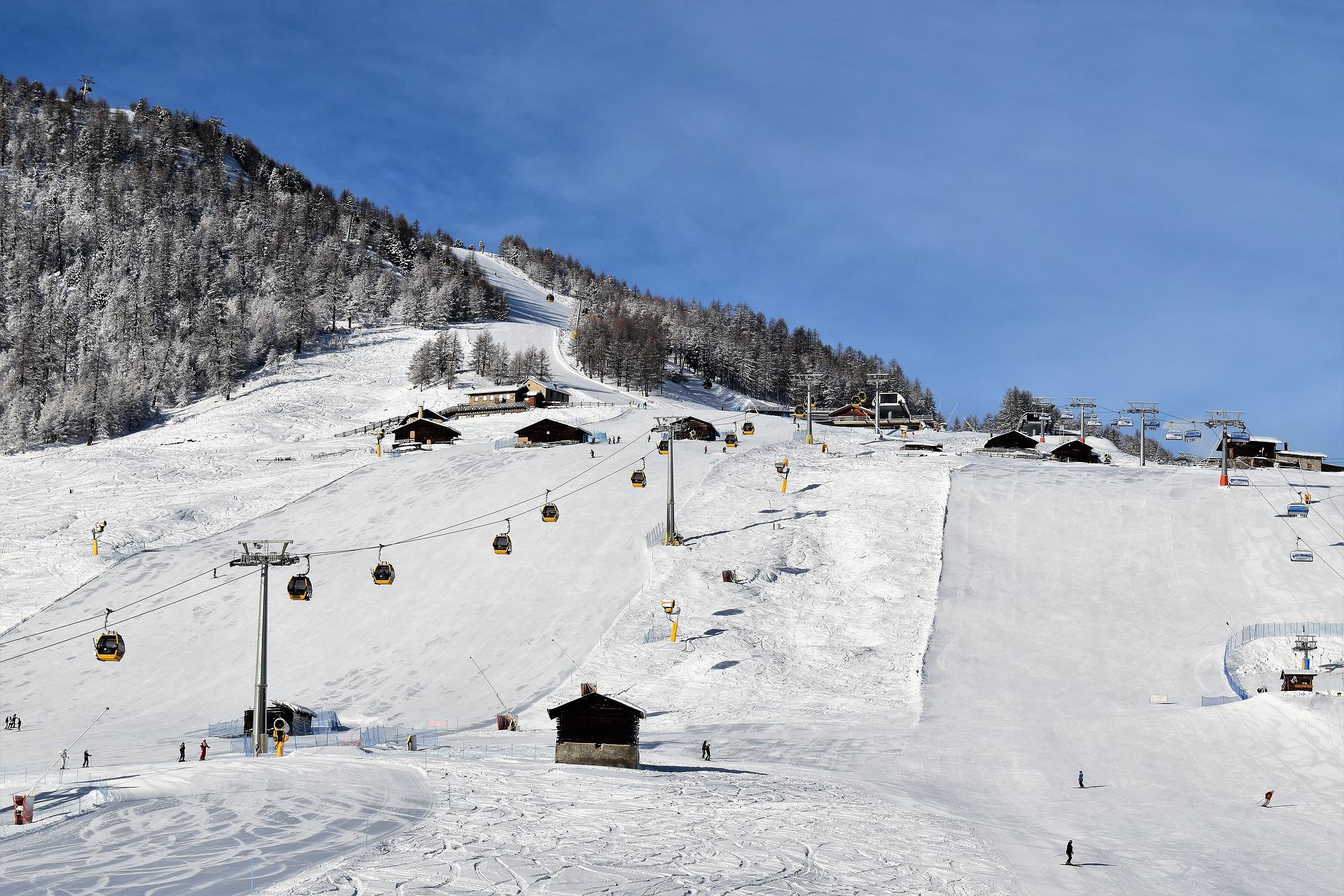 https://pixabay.com/ja/実行スキー-スキーリフト-スキー-雪砲-雪-風景-冬-自然-3901015/