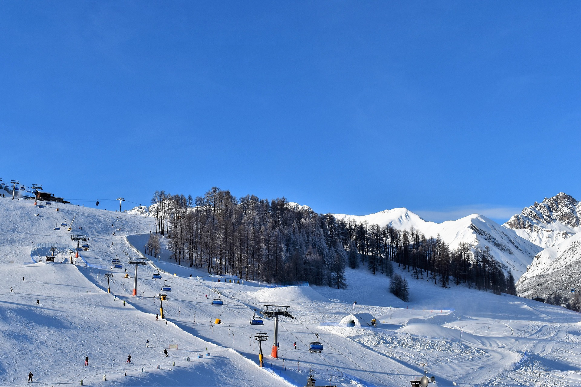 https://pixabay.com/ja/実行スキー-スキーリフト-スキー-雪砲-雪-風景-冬-自然-3901020/