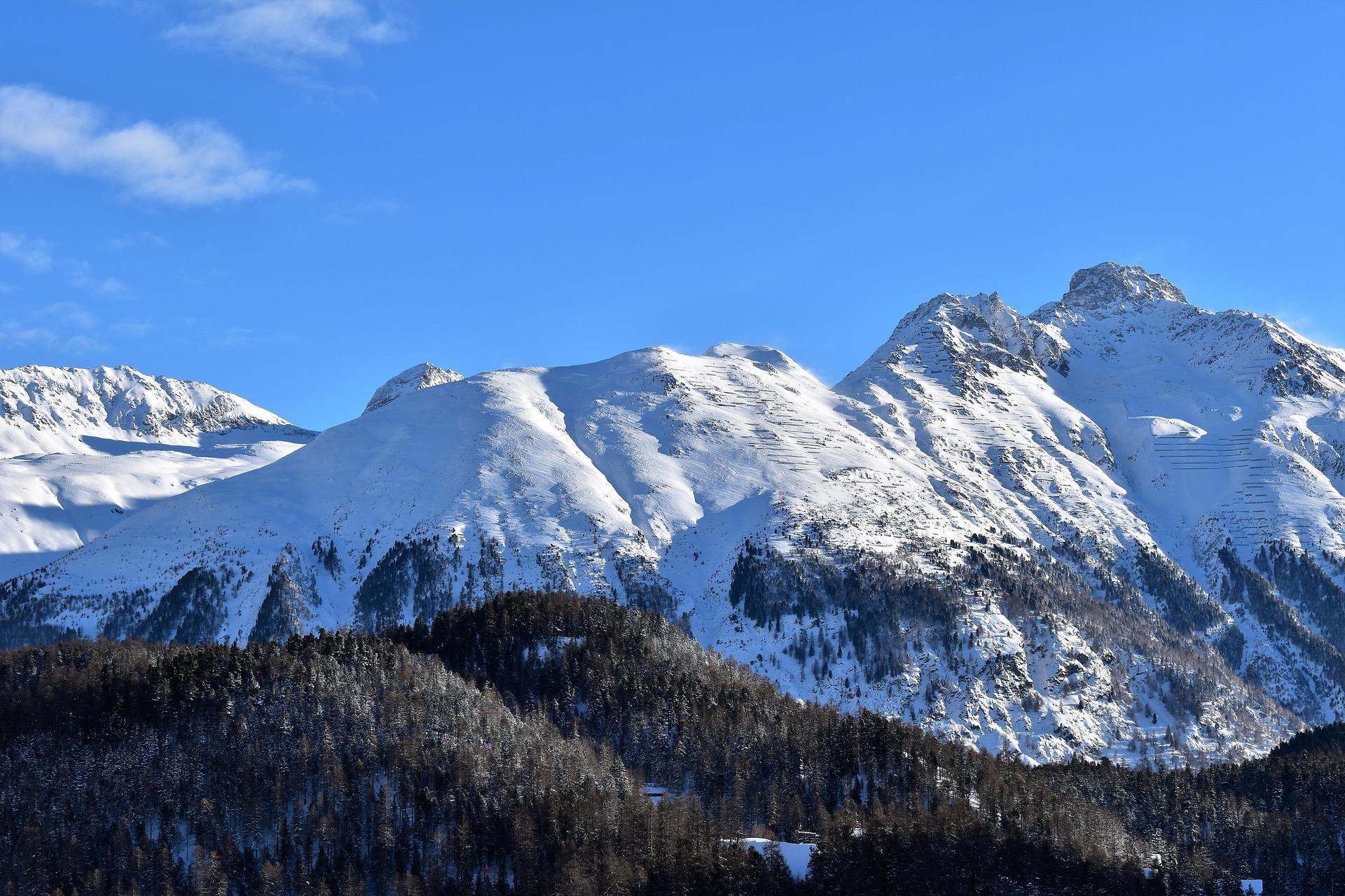 https://pixabay.com/ja/冬-山-スキー場-斜面-冬の-st-サンモリッツ-スイス-3937814/