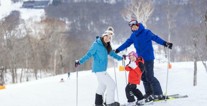 家族でスキー場にいるイメージ